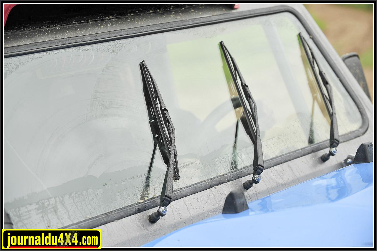 Le vieil adage de la sécurité routière d'antan…La vue c'est la vie… Luc en tient compte. Grâce à un renvoi d'angle supplémentaire, il dispose d'un 3e essuie- glace. C'est vrai que le champ de vision reste plus large après quelques passages dans la boue et l'eau.