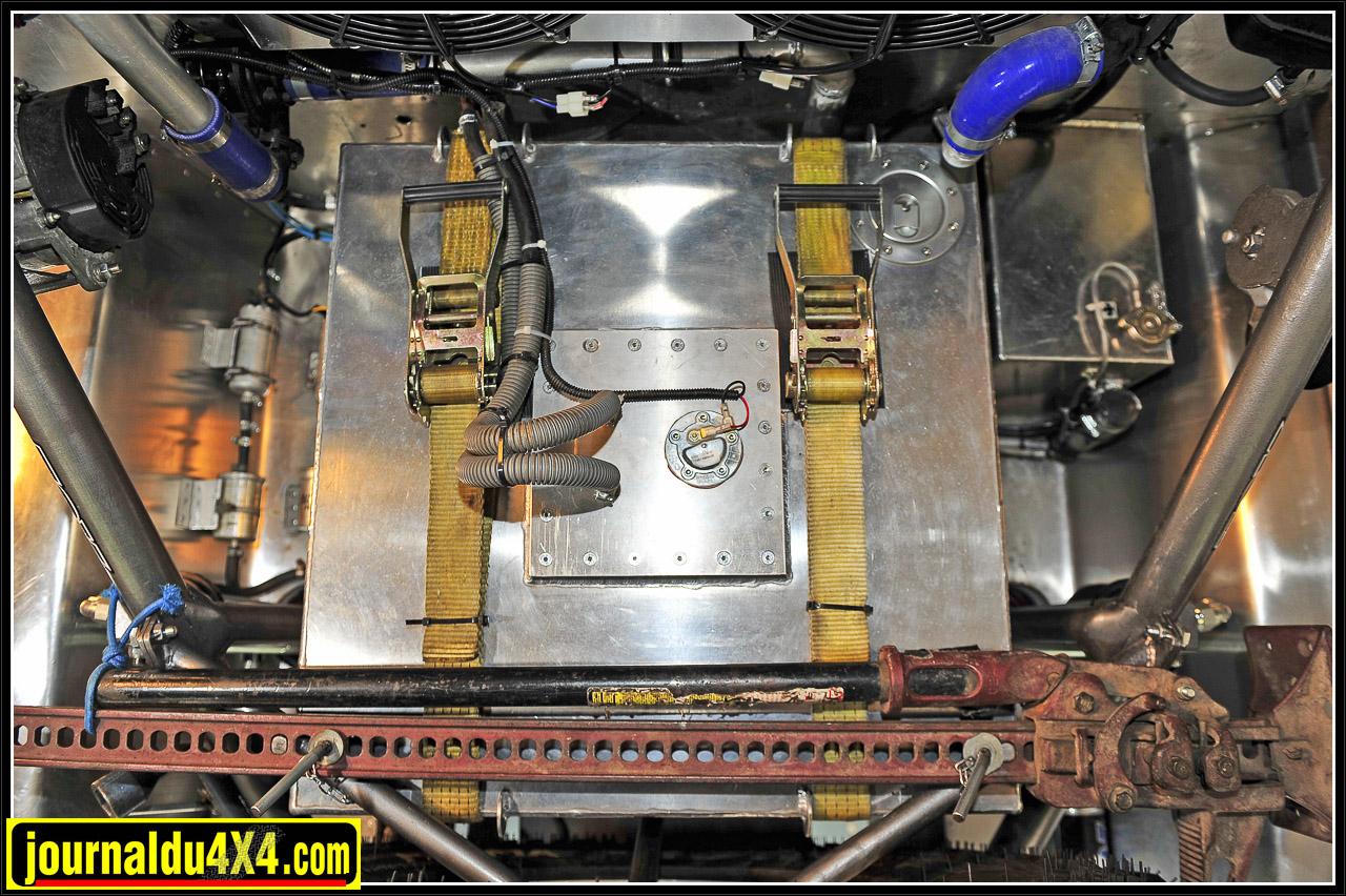 Le réservoir de 185L d'essence en aluminium fut réalisé par Yann Girard, le copilote.