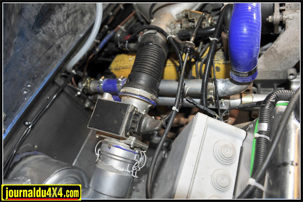 L'injection à fil chaud reste un classique et le boîtier PVC  blanc abrite double bobine et amplificateurs d'allumage