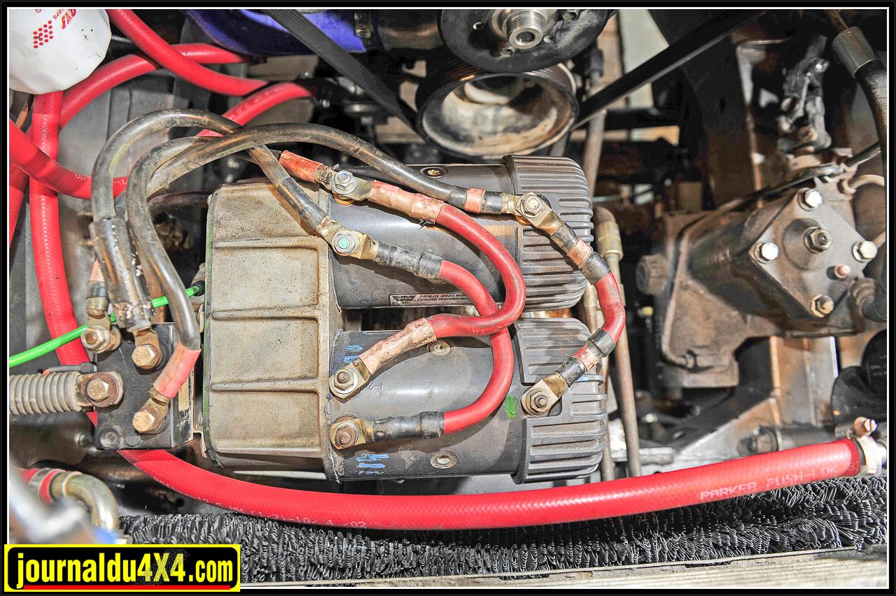 Devant le moteur reculé de 280 mm, il y a largement l'espace pour mettre relativement à l'abri un treuil Warn 8274 équipé de 2 moteurs de 6,5 ch couplés grâce à un  kit Gigglepin anglais.