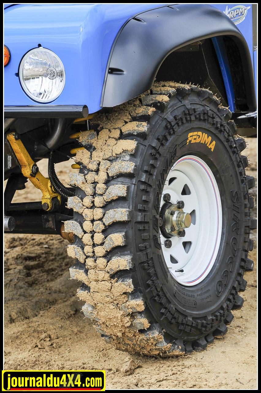 Luc passe cette année aux imposants pneus 900 x 16 Fedima Sirocco pour les étapes réputées boueuses. Mais les BF Goodrich 255/ 85 x 16 Mud Terrain prévus pour le roulant, restèrent en réserve. Un sacré atout dont on a du mal à se passer que des 900 bien cramponnés.