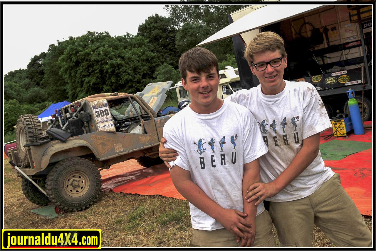 Les jumeaux Édouard et Léopold, 15 ans, ont été élevés au son du V8 qui rugissait dans l'atelier. Aujourd'hui après avoir participé à la préparation, la récompense fut de suivre le Breslau au sein du team Mécacool. Une autre expérience qu'ils ne sont pas près d'oublier!