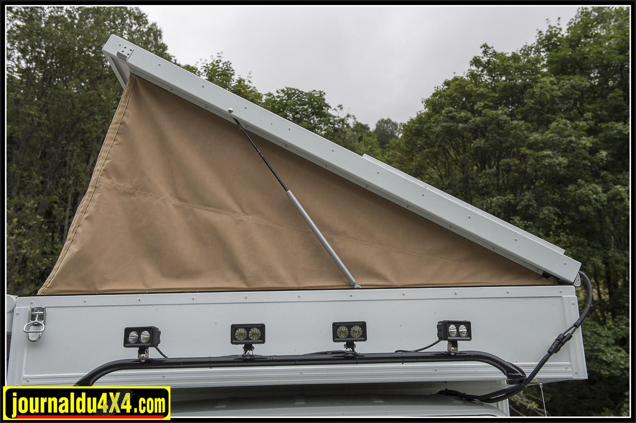 le toit se déplie facilement et se replie aussi en quelques minutes à peine