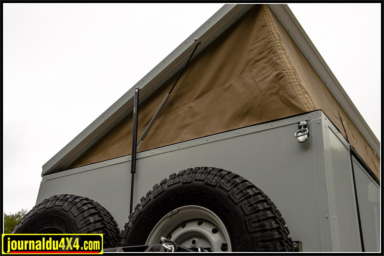 des vérins aident au dépliage du toit mais aussi à son maintient en position ouverte
