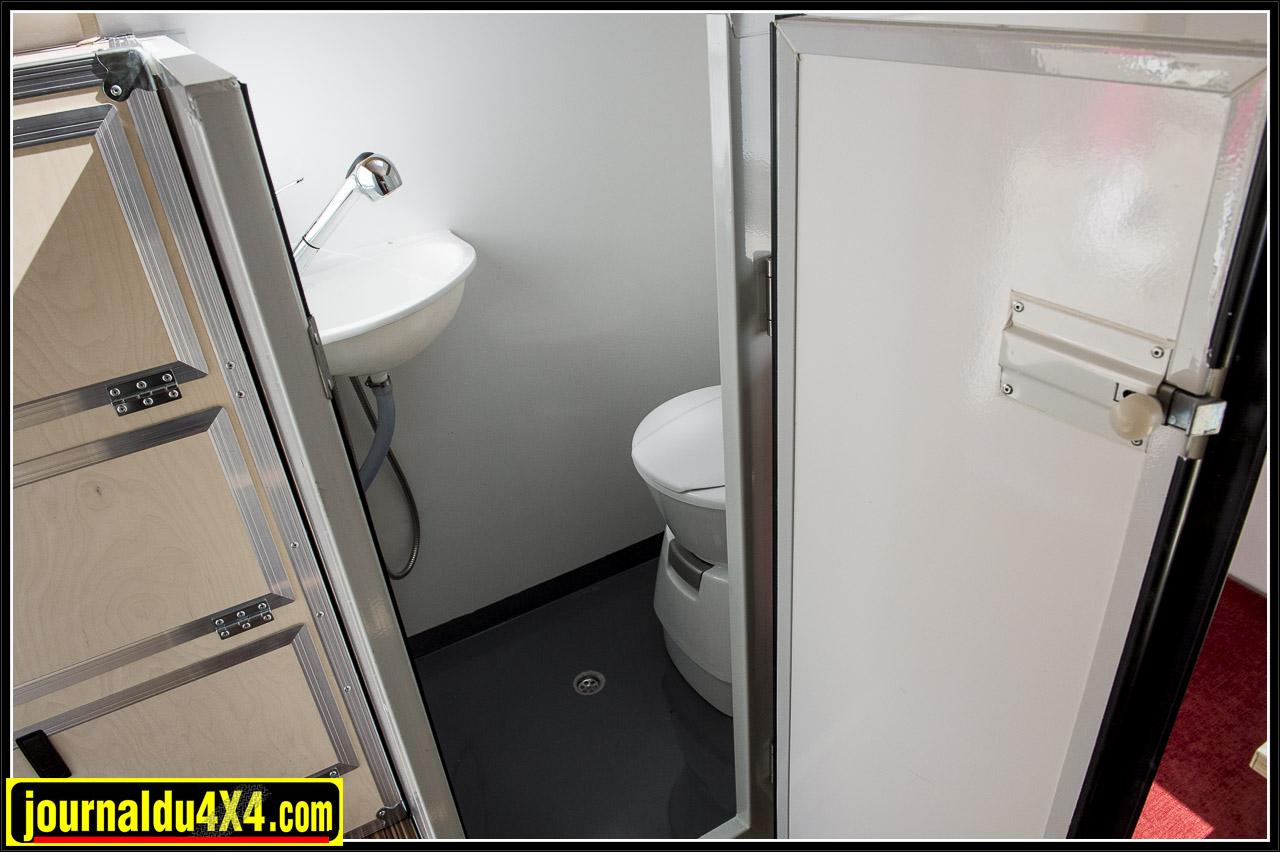 l'entrée de la cabine de douche et sur la gauche un grand rangement