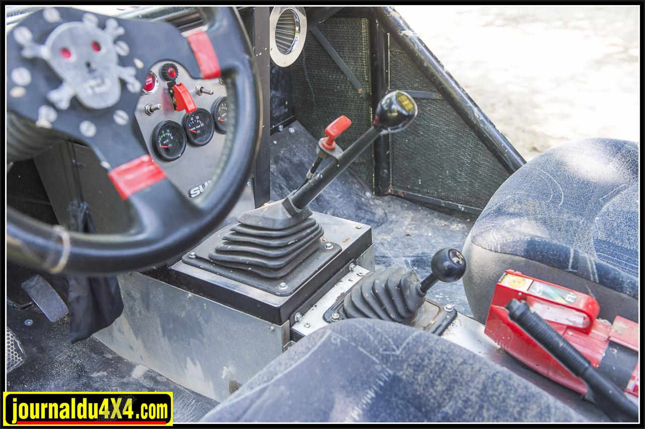 la manette rouge accolée au levier de vitesse est un coupe circuit d'urgence