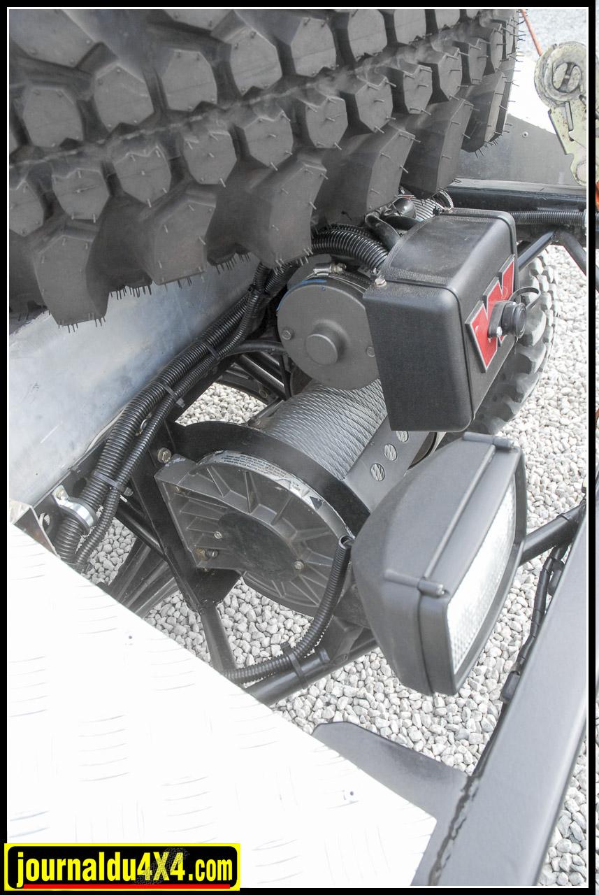 Lorsque l'on a quelques prétentions dans la discipline Off Road Extrême, le treuil est un élément essentiel. Ici, Maurice choisit une valeur sure; Le 8274 Warn qu'il installe à l'arrière afin de ne pas avoir de porte-à-faux avant avec un rappel de câble sous le châssis. Le crochet principal est ainsi disponible à l'avant, mais à l'aide d'une poulie de mouflage on peut aussi treuiller par l'arrière.