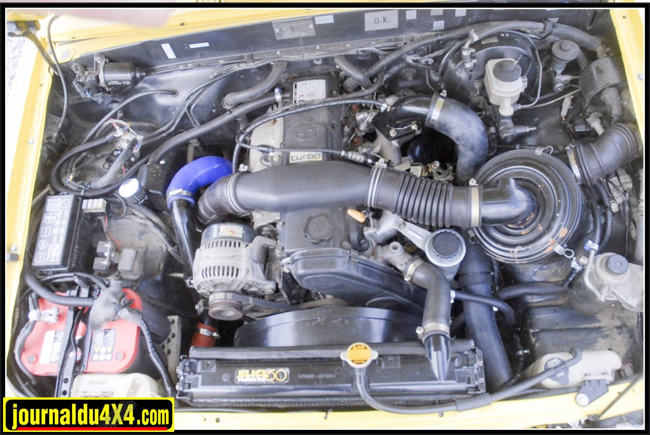 Sous le lourd capot Maurice à greffé  l'incontournable 1KZ-T 3.0 L issue d'un KZJ 70 dont le turbo se voit alimenté en air plus frais par un gros échangeur air-air (Intercooler) et en carburant par une pompe au débit optimisé  Pour le gasoil  et l'admission d'air, c'est du classique; Deux réservoirs aluminium de 60 + 70 L et un Schnorkel Airtec surmonté d'un filtre séparateur. L'échappement? Pot inox court à sortie latérale. Résultat? Un vaillant Hilux développant environ 170 Ch et du couple à revendre. Rien à envier à son dernier descendant équipé du D-4D 3.0 L… Si, peut être le silence de fonctionnement!