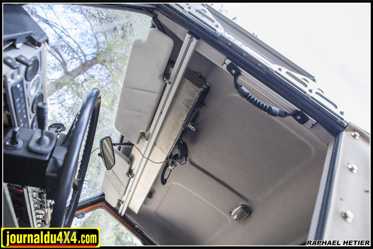 la console de toit pour defender est solidement installée sur son rail