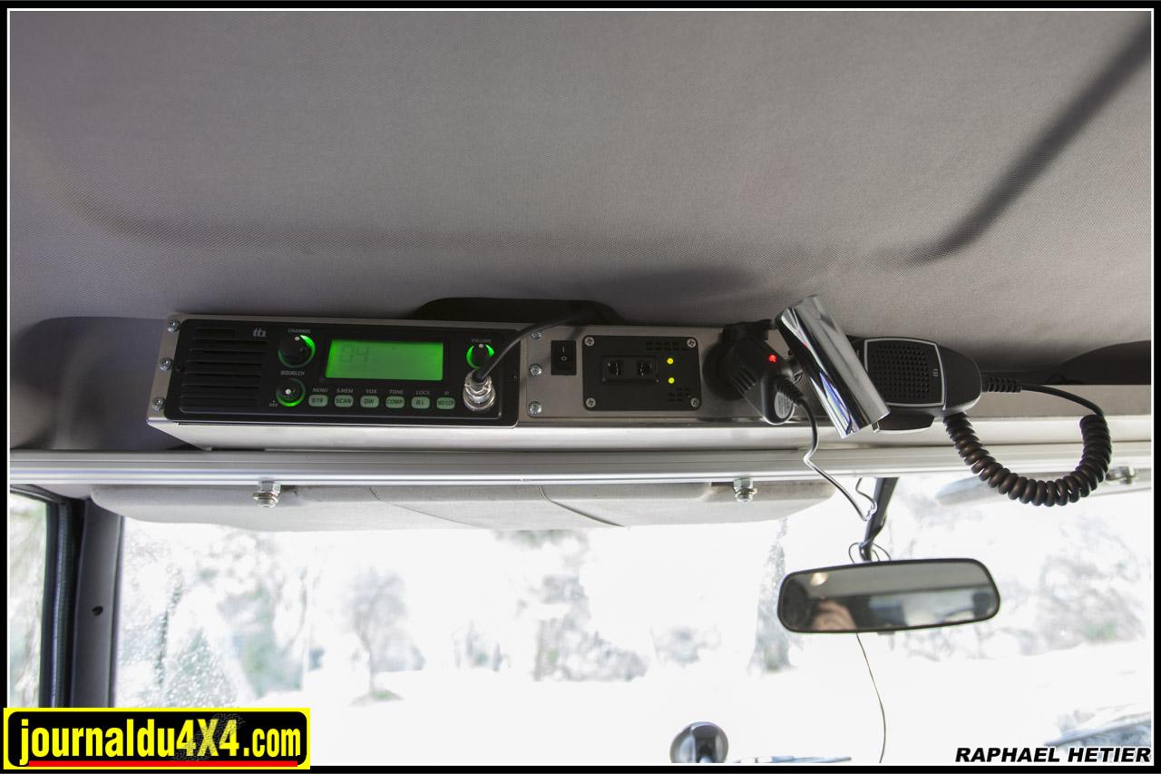 côté conducteur : CB liseuse prise 12V et un grand vide poche côté passager