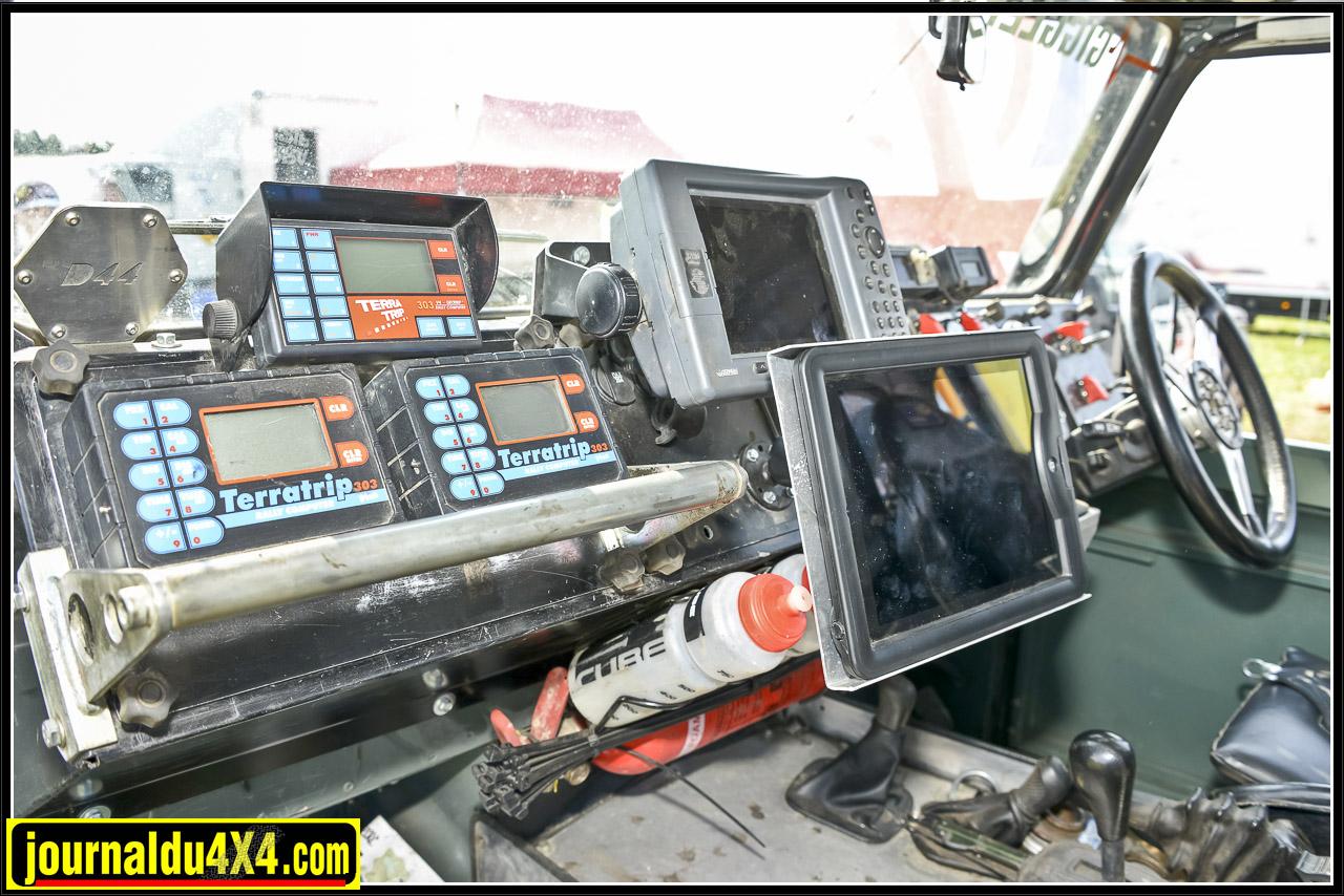 Le tableau de bord en dit long sur la préparation de ce Defender. Pas moins de 3 Terratrip et 2 GPS écrans géants. Les transmissions passent par une boîte de vitesses Land Rover HP24 modifiée. Elle est ici adaptée sur un transfert LT 230 qui dispose d'un différentiel Gigglepin renforcé.