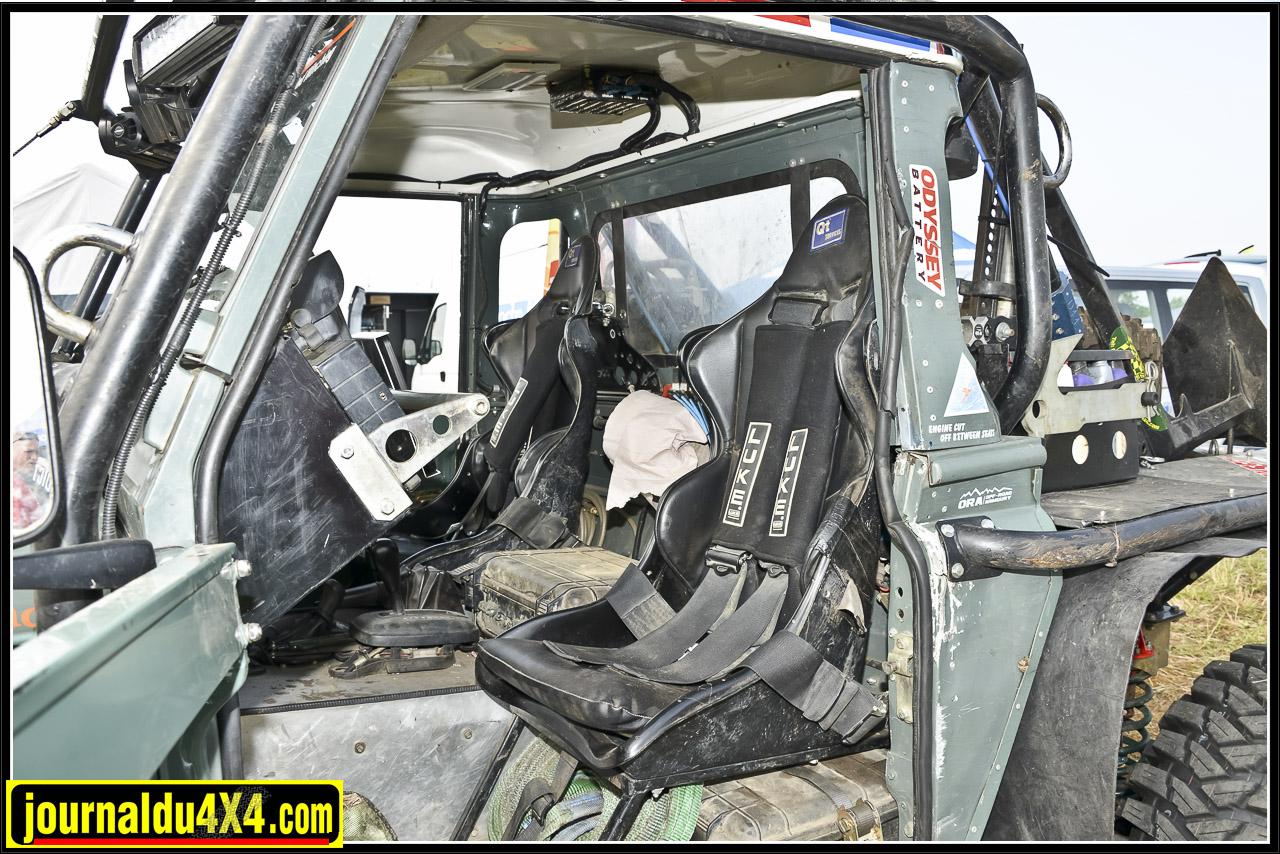 Sièges baquets QT Services et harnais Luke vont de pair avec un solide arceau extérieur en acier T45 sur lequel on trouve des feux de travail à Leds Lazer.