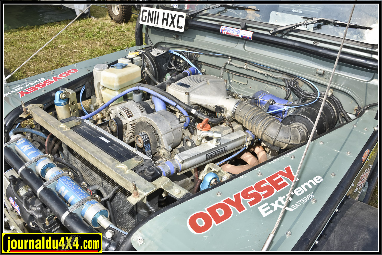 Sous le capot du Defender c'est un 5,0L V8 de TVR qui produit environ 280 ch en partie grâce à un échappement sur mesure. En plus de l'alternateur, on trouve la pompe de direction hydraulique.