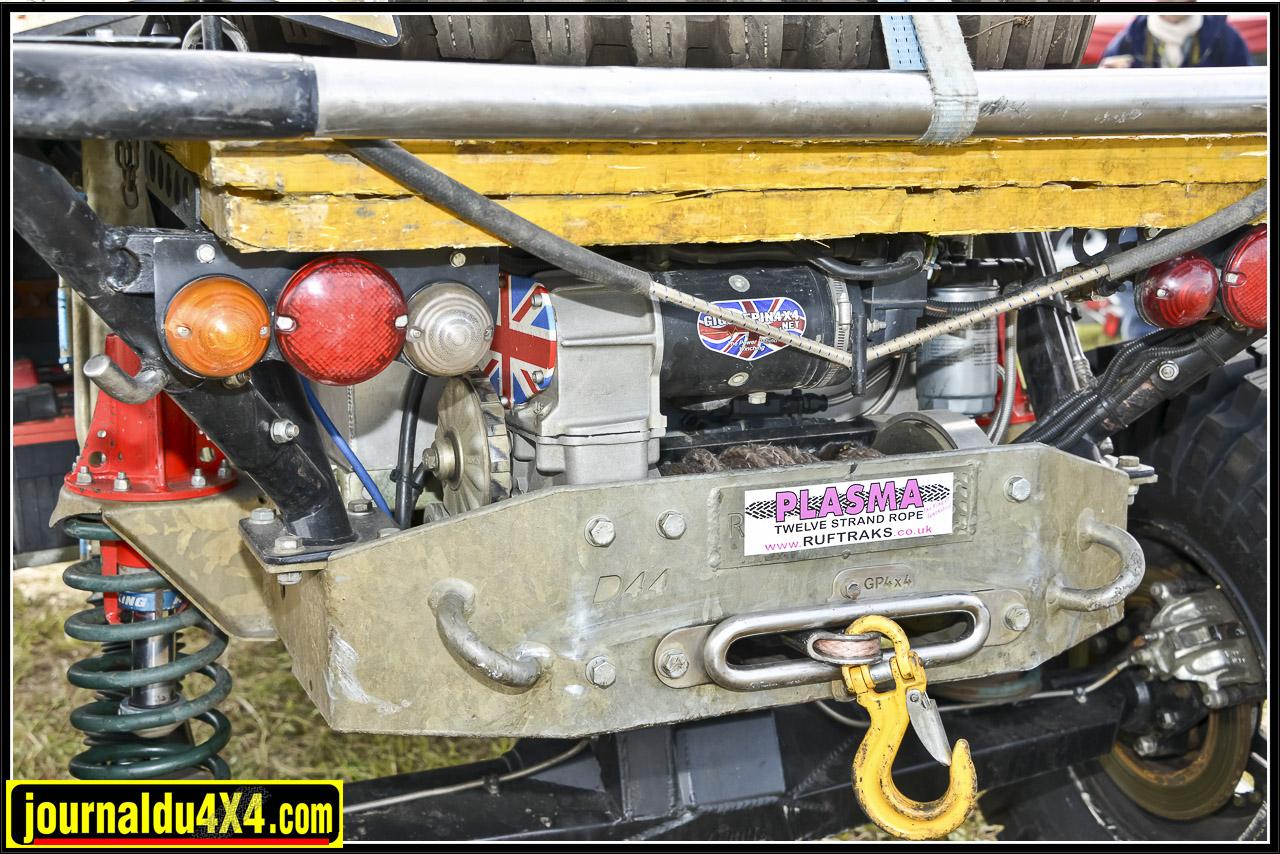 À l'arrière un second treuil 8274 double moteur sur un support Gigglepin et un réservoir de 120L dans son caisson aluminium.