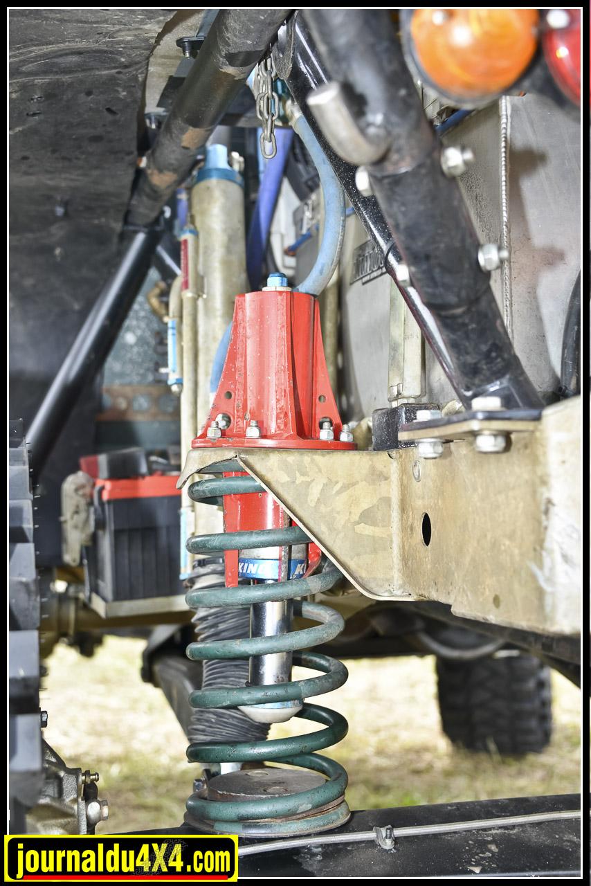 Les suspensions utilisent des amortisseurs King 11' à triples Bypass, des ressorts Eibach progressifs et des Bumpstop hydrauliques. cet ensemble est monté sur des chapelles avant et des ancrages distribuées par Gigglepin.