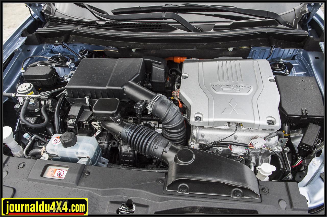 sous le capot un moteur thermique et un système élecrtrique qui gère les deux moteurs additionnels