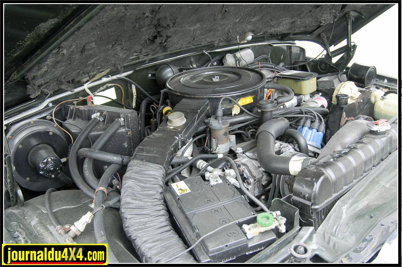 Sous le lourd capot le V8, 5,9 Litres, entre la climatisation et l'énorme radiateur, pas de place perdue