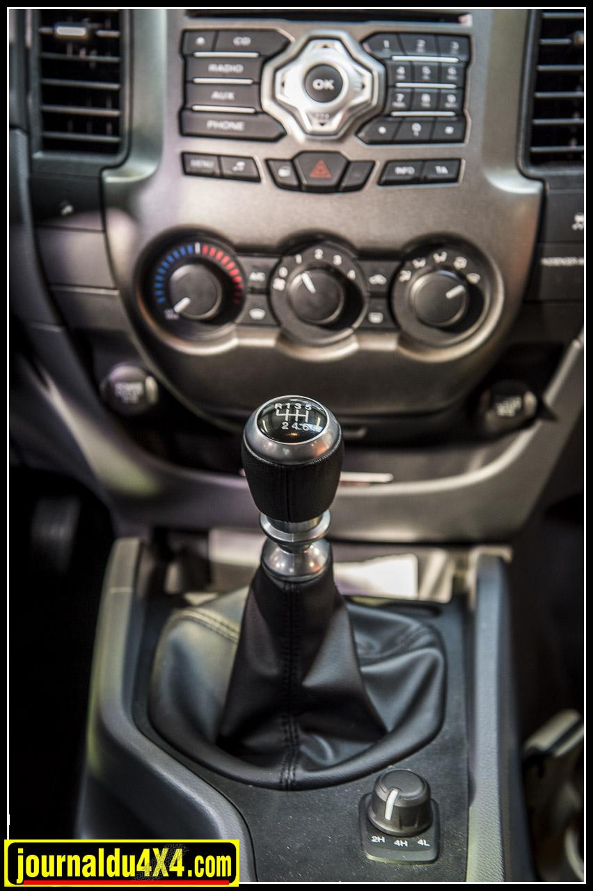 boîte de vitesse mécanique à 6 rapports et bouton permettant de passer de 4x2 à  4x4 et 4x4 vitesses courtes