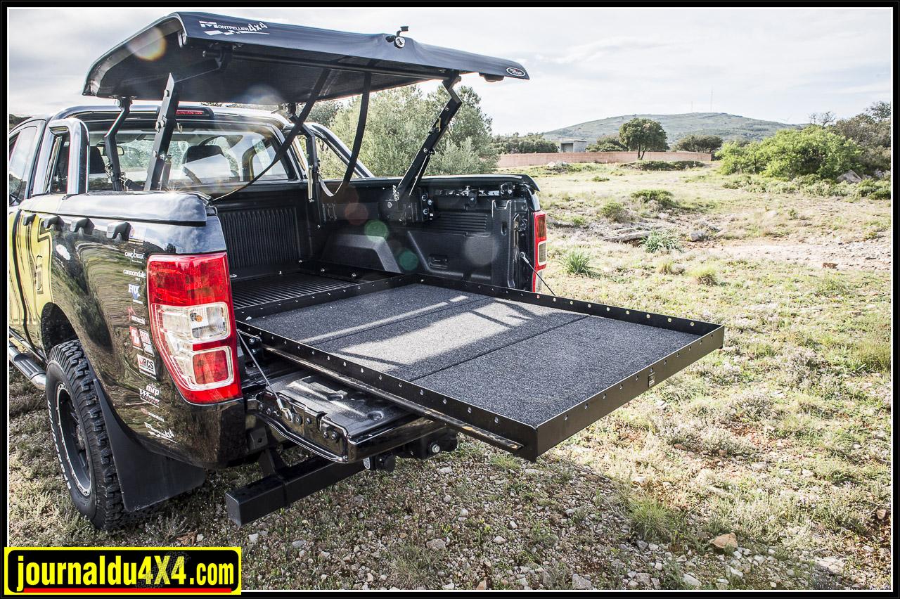 un grand tiroir installé sur le fond de la benne permet de charger / décharger confortablement tout le matériel
