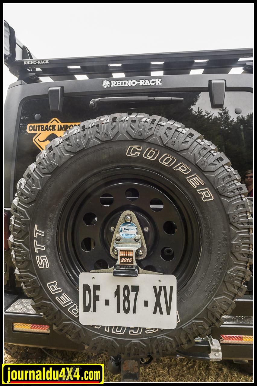 un astucieux porte plaque trouve sa place au milieu de la roue de secours