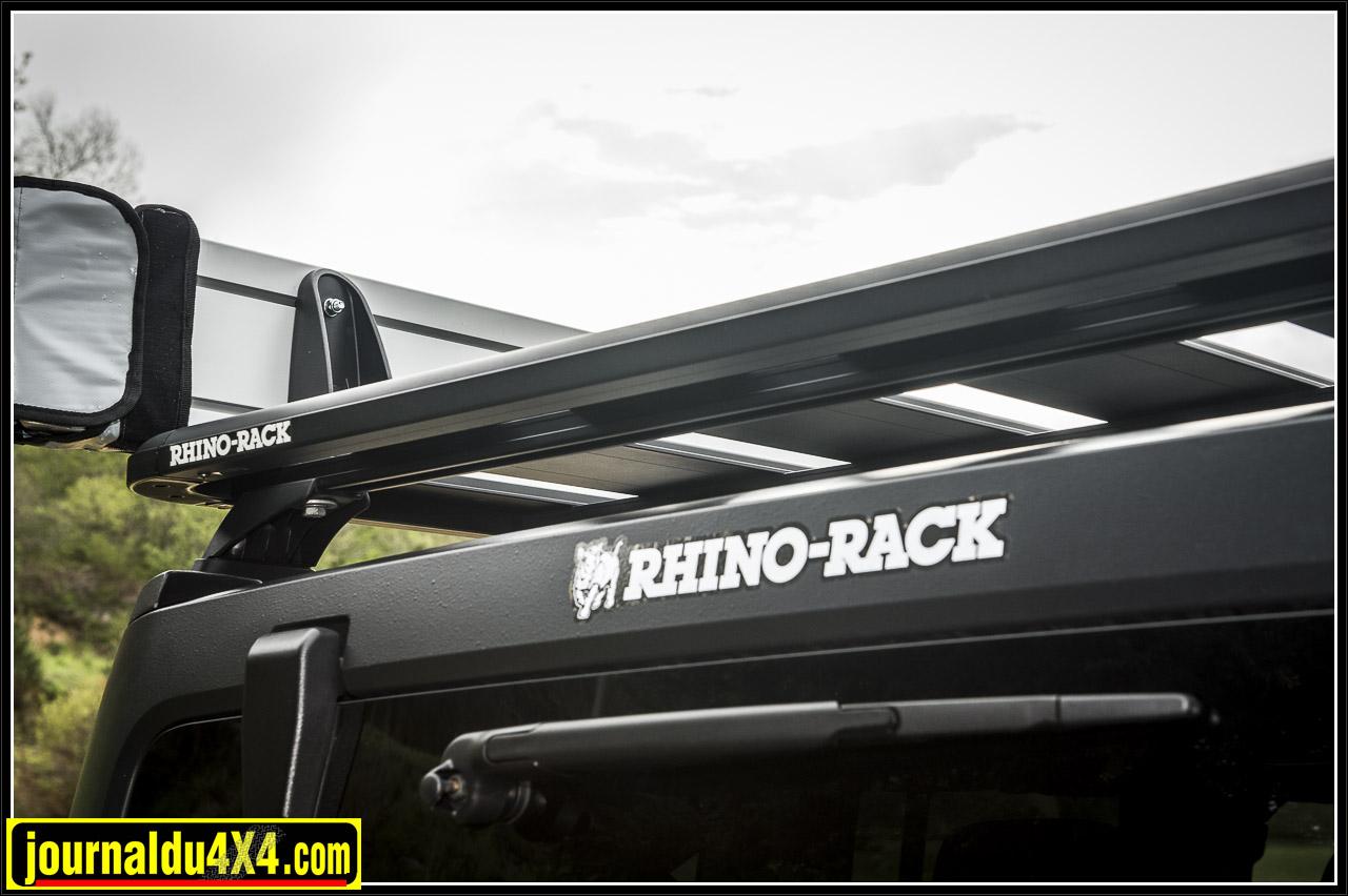 le auvent circulaire Rhino-Rack Foxwing ECO 2,1 m se fixe sur la galerie Rhino rack