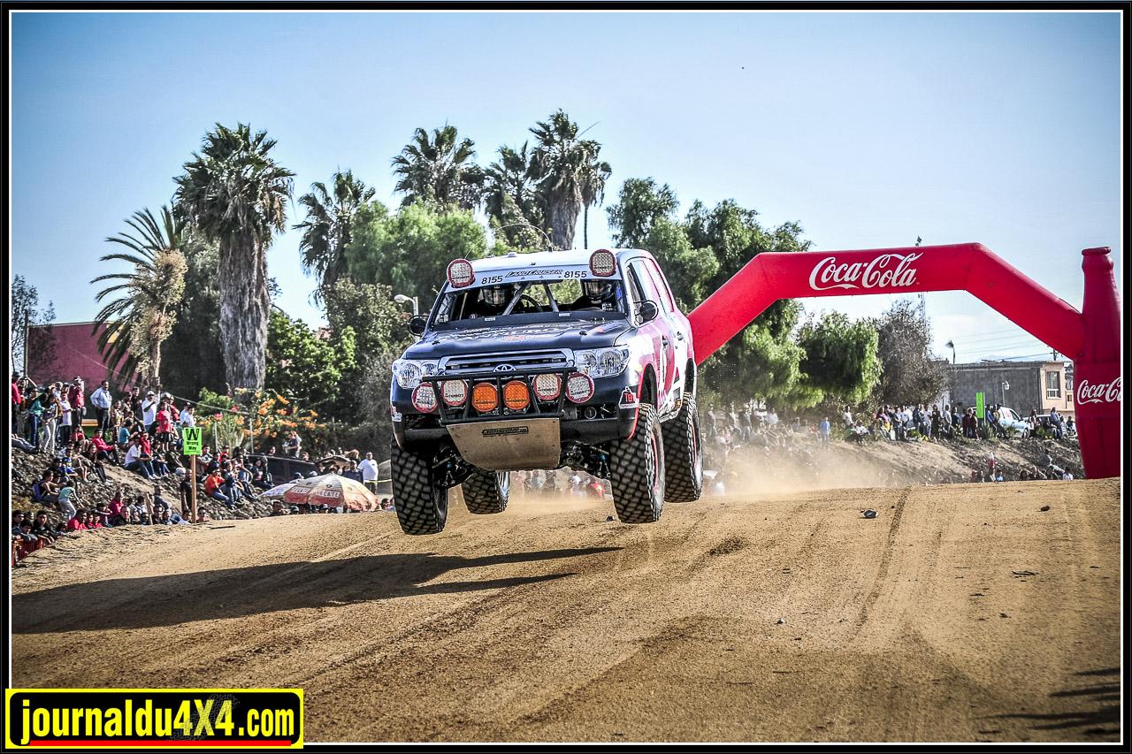 Le Toyota sur la Baja 1000 lors de passages de sauts aménagés sur le parcours