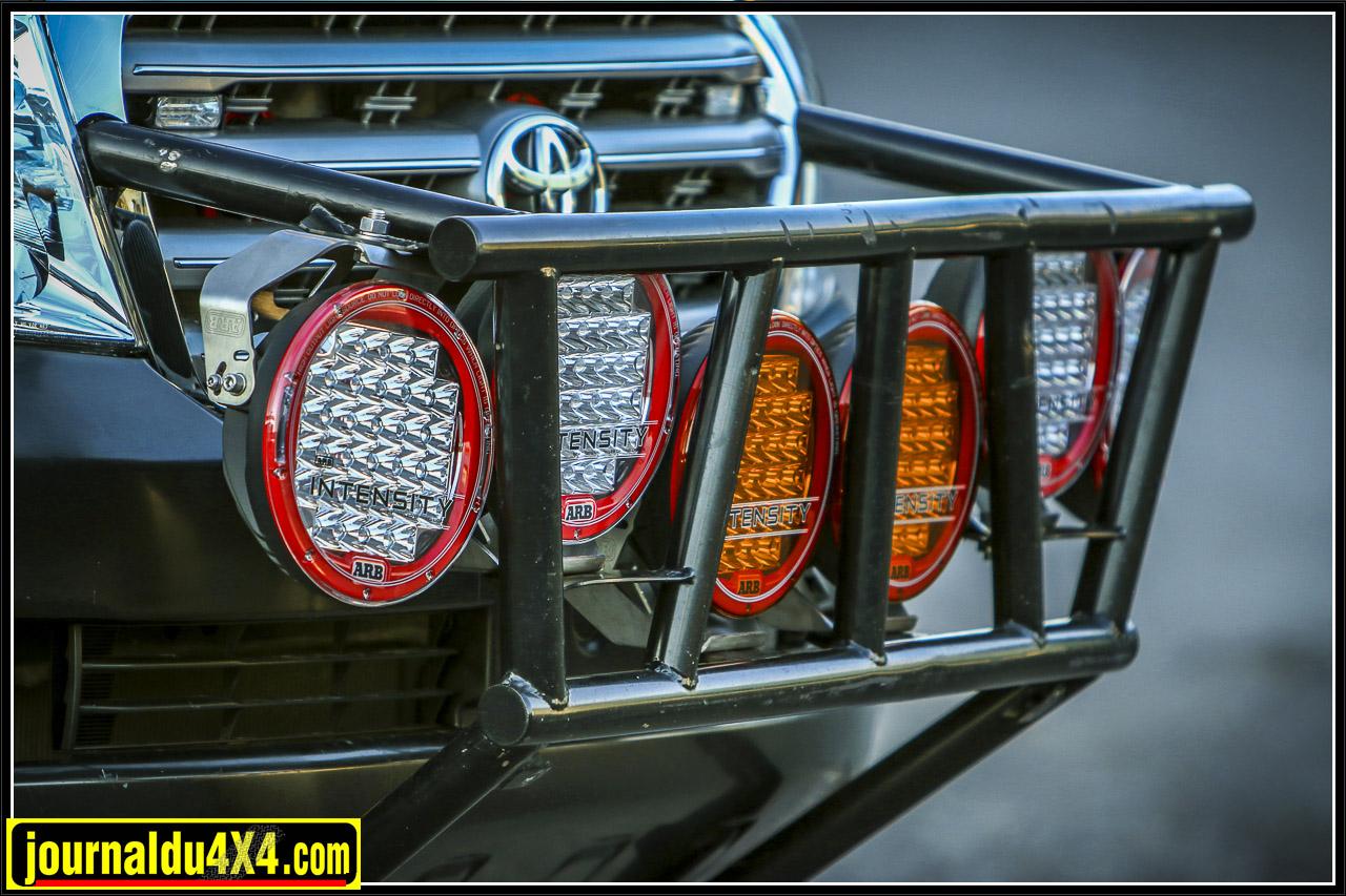 Ce pare-buffle permet de protéger l'avant du Toyota mais aussi la mise en place de 6 puissants phares ARB Intensity