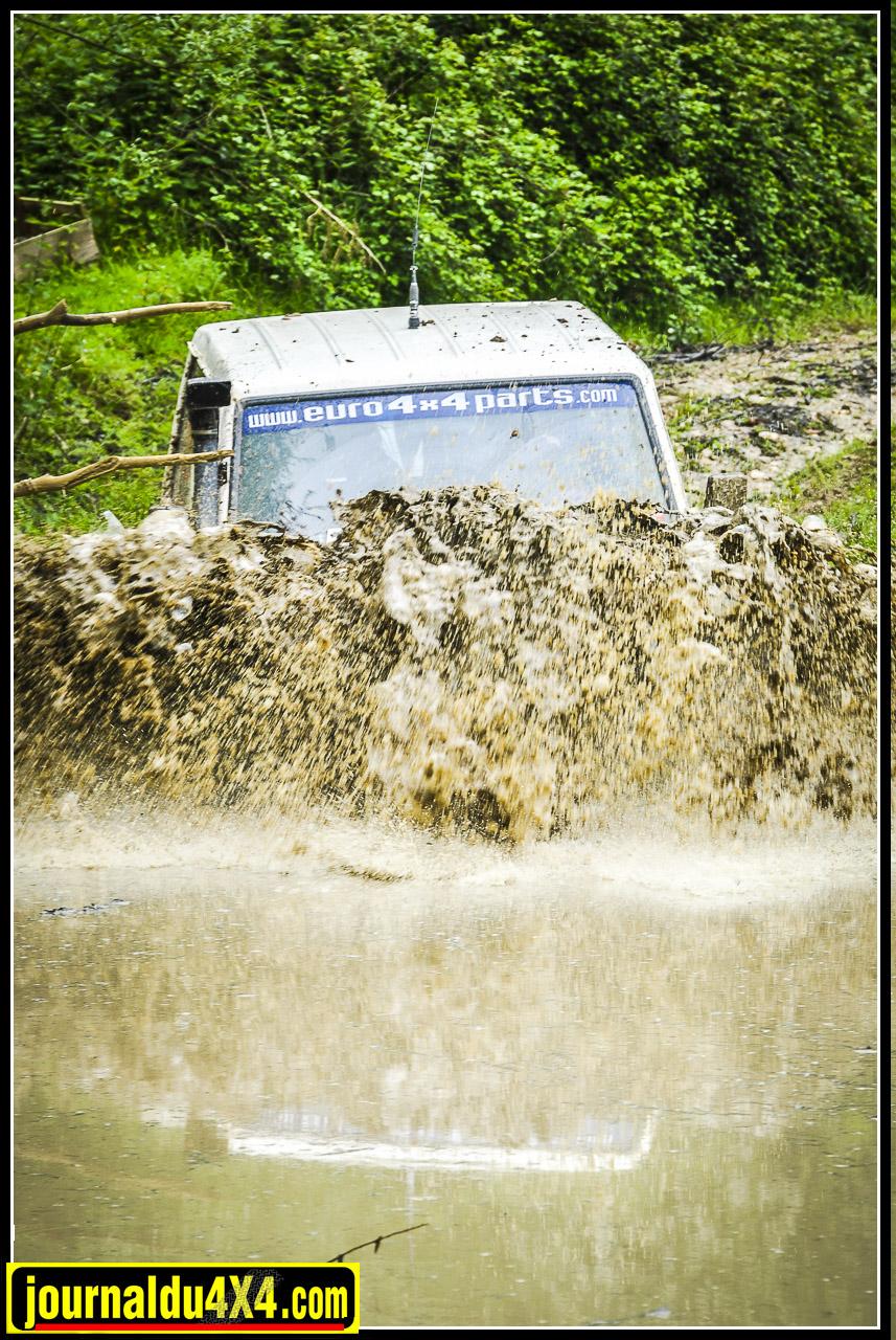 Le niveau d'eau du gué était à son plus haut, cela n'a pas empêché certains de s'y aventurer