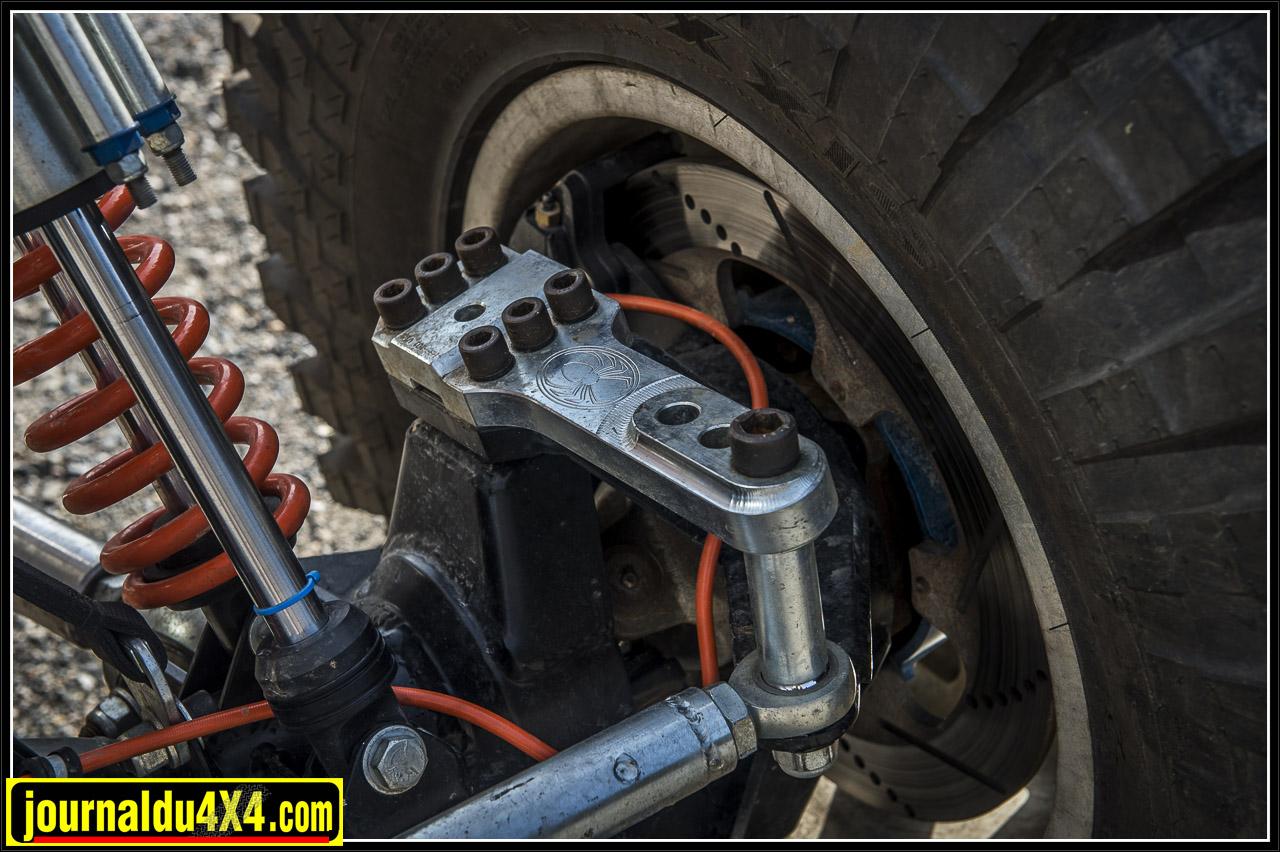 pour le freinage, des étriers à 6 piston Wilwood