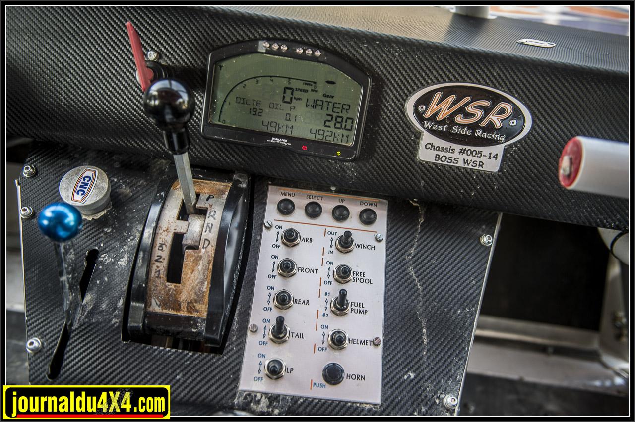 au dessus du tableau qui permet de gérer les accessoires se trouve la plaque qui indique le numéro du châssis