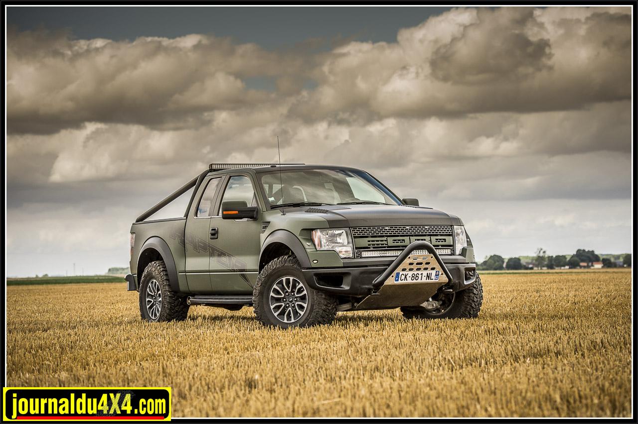 Le Ford Raptor c'est déjà un look exceptionnel, puissant, racé et musculeux à souhait. Il est taillé pour l'Off Road et quand on le voit on sait que l'on va s'amuser follement sur les pistes.