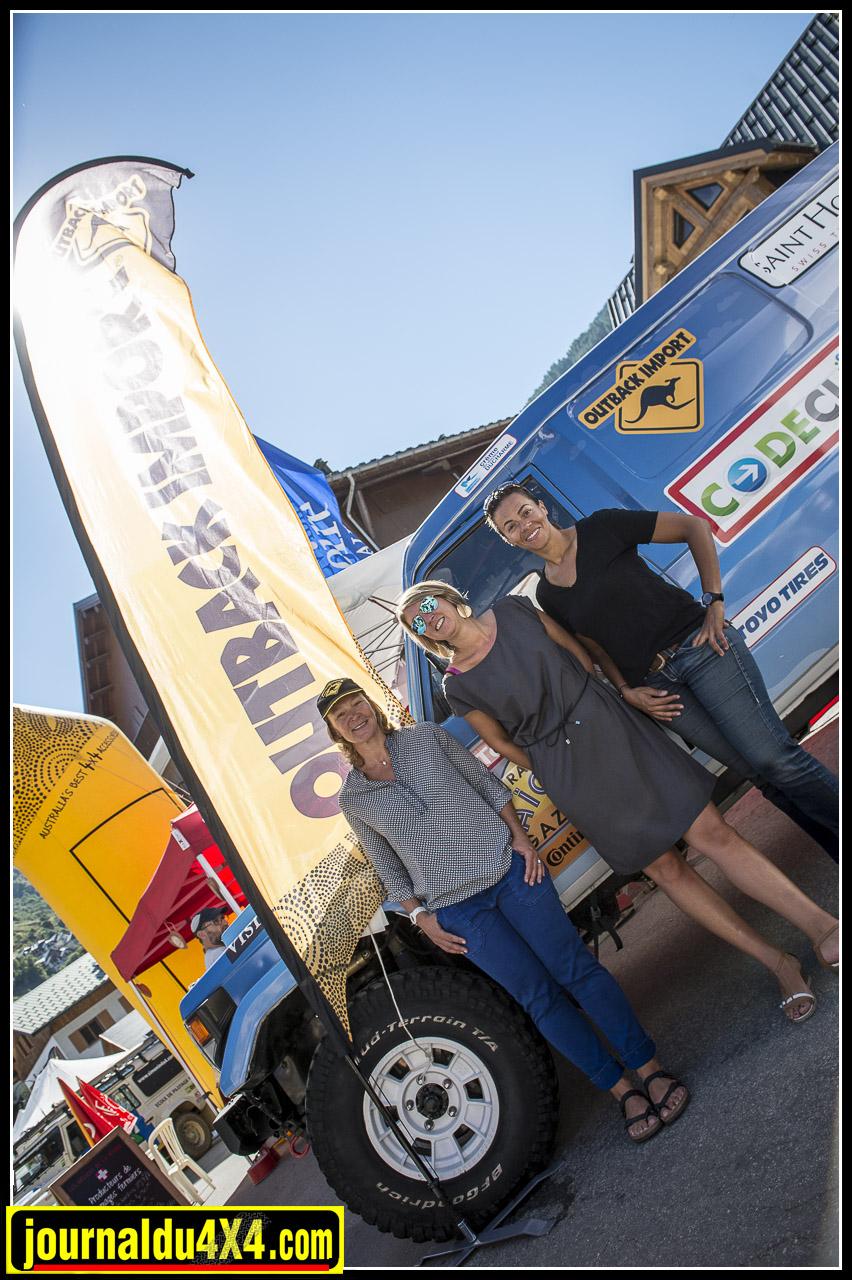 Carole Montillet et Syndiely Wade 1ères au rallye Aicha des Gazelles en compagnie de Gaëlle d'outback Import posent devant leur véhicule