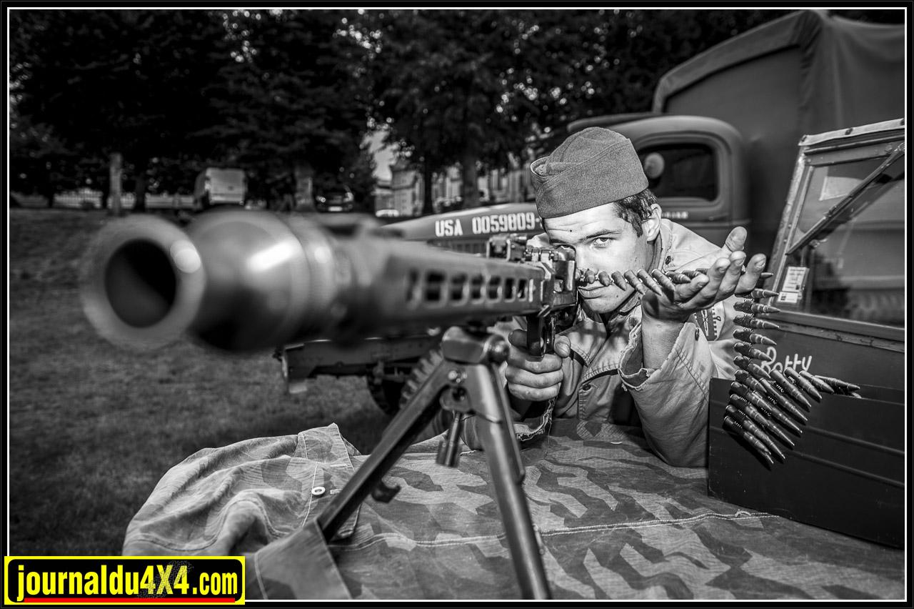 Une MG 42 dans les mains d'un GI
