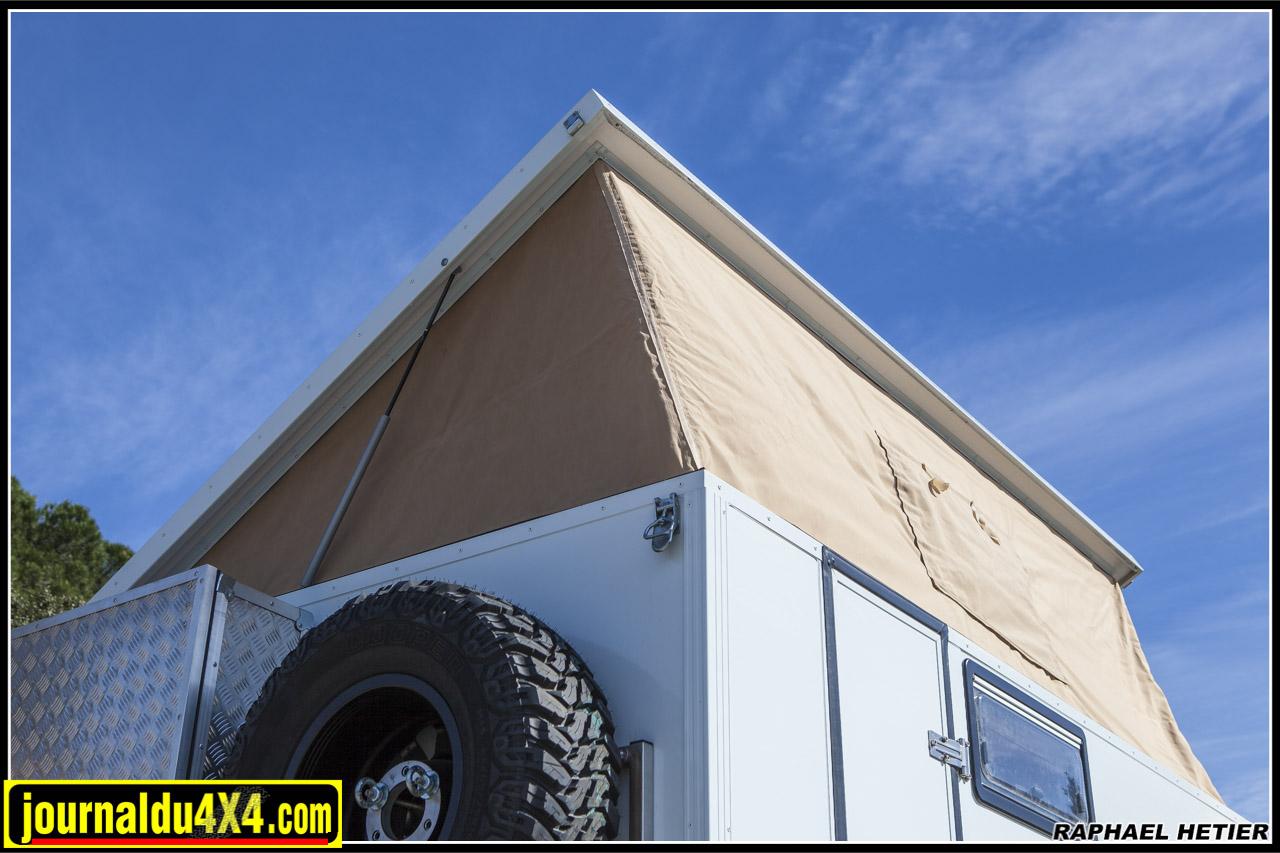 le toit se déplie pour laisser suffisamment d'espace pour se tenir debout et donner accçs au couchage en partie supérieure