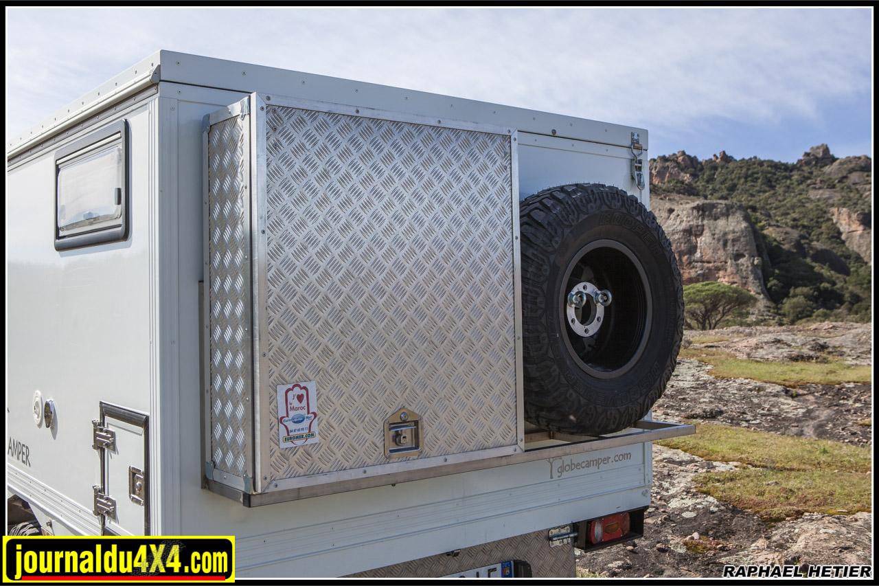 A l'arrière, un gros coffre et une roue de secours