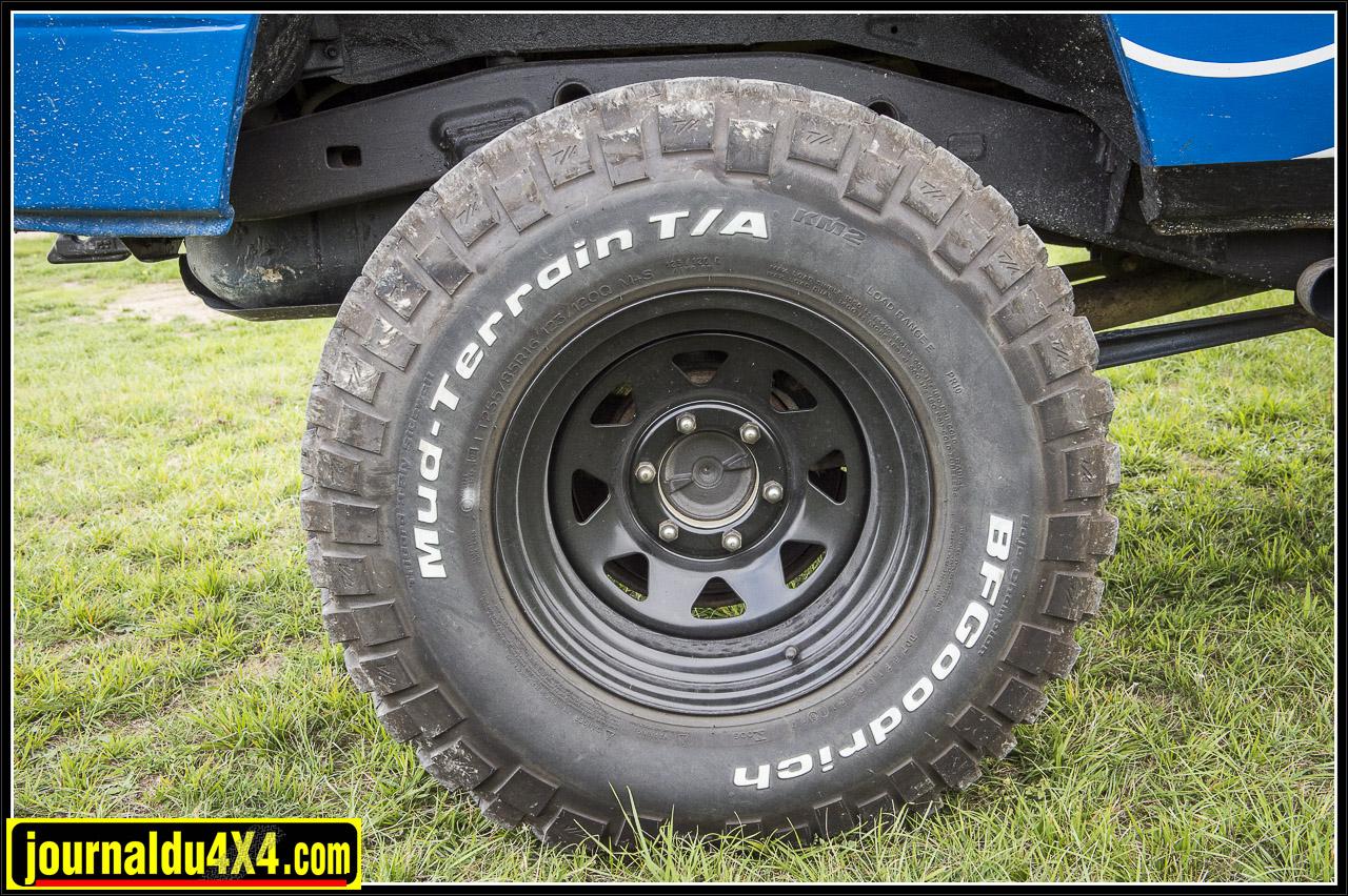 Les jantes Triangular en 8x16 ont été équipées avec des pneus BF Goodrich Mud terrain  en 255 / 85 / 16
