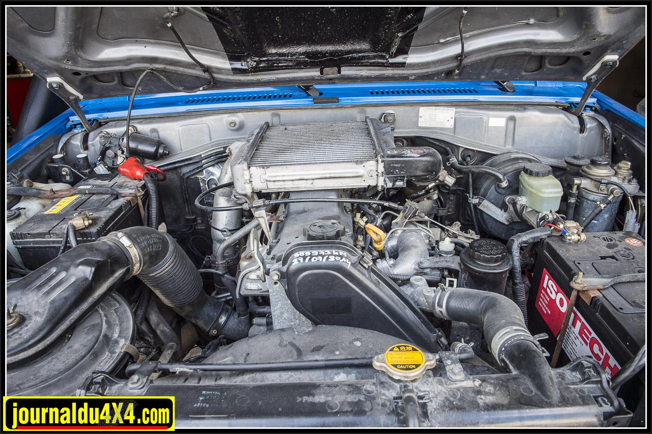 Le moteur turbo diesel 1KZ T ici surmonté d'un intercooler de KDJ120
