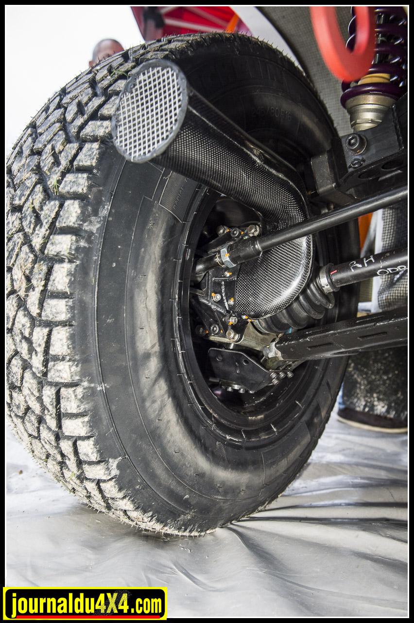 les freins avant  Powerbrake à 6 pistons et les disques AP Racing sont refroidit par une écope qui dirige le flux d'air (ce qui ici ressemble à une trompette)