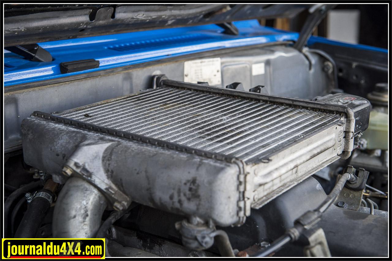 L'air compressé à la sortie du turbo est échauffé, ce qui diminue sa densité et donc l'apport d'oxygène pour a combustion, l'intercooler permet de refroidir cet air et donc en augmentant sa densité, d'apporter une plus grande quantité d'oxygène augmentant ainsi les performances du moteur