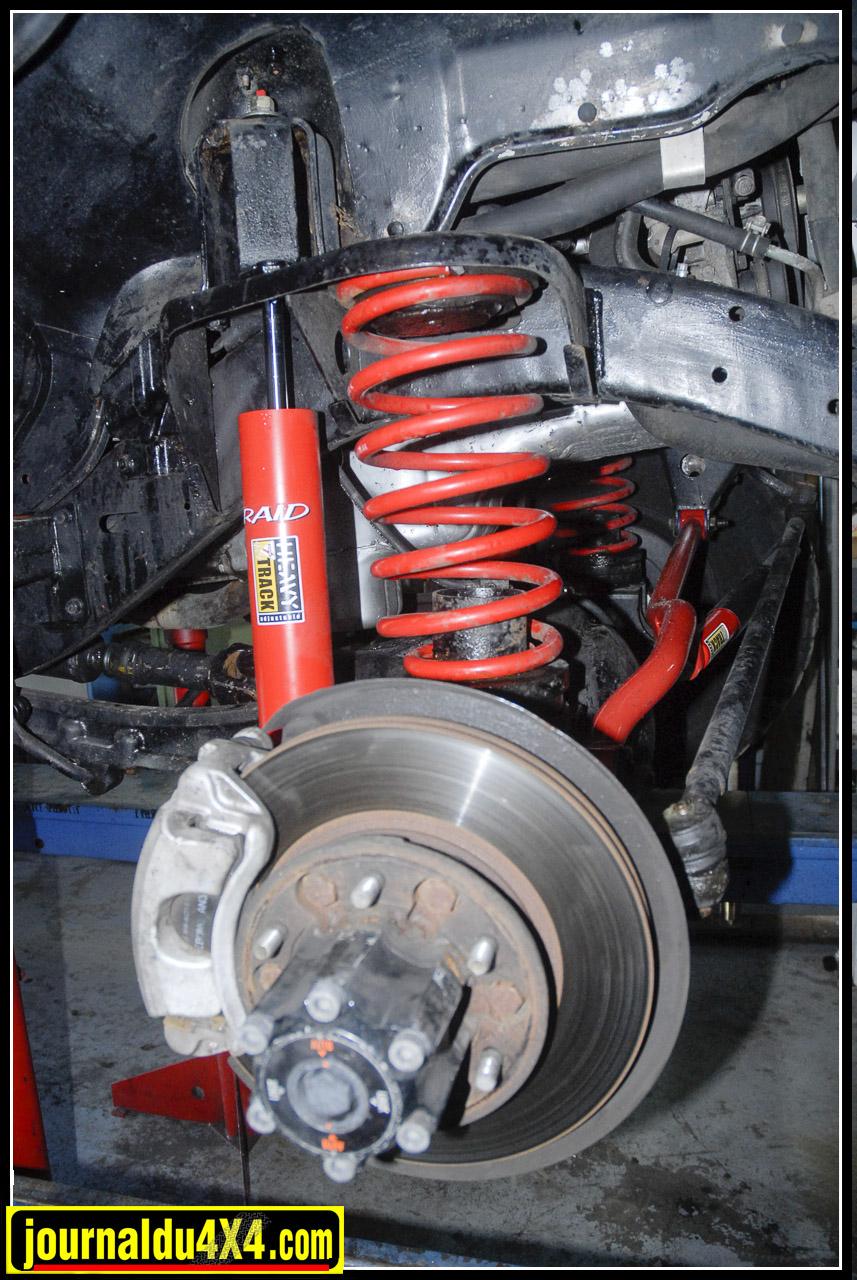 Côté suspensions, Cédric choisit des amortisseurs Koni «Heavy Track» Raid et des ressorts Eibach en + 30mm auxquels il ajoute des cales de rehausse de 50 mm.