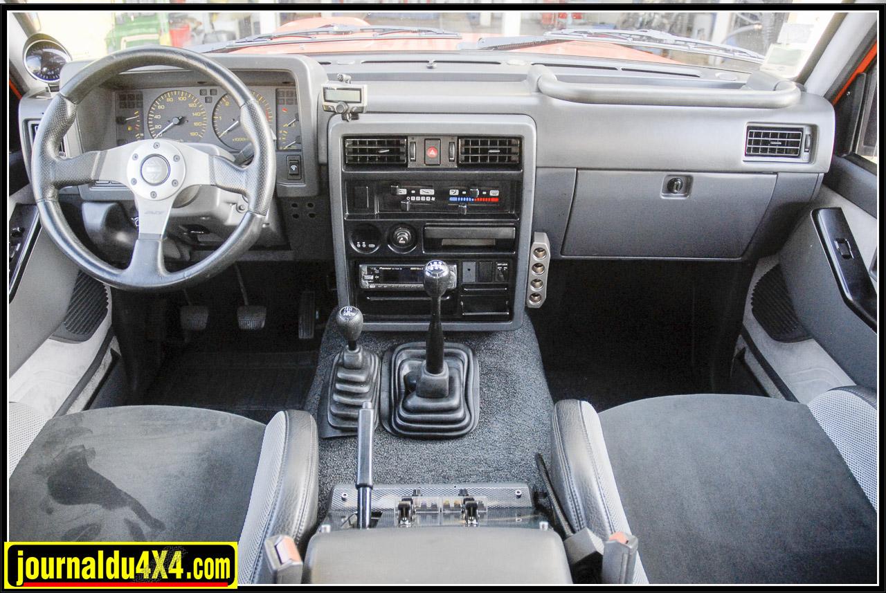 Comme neuf ce tableau de bord de Patrol. Cédric aime la simplicité, il y ajoute simplement un manomètre de pression du turbo et une console centrale «carbone» pour les interrupteurs. Les sièges baquets d'une Peugeot 206 RC s'adaptent parfaitement à moindre prix.