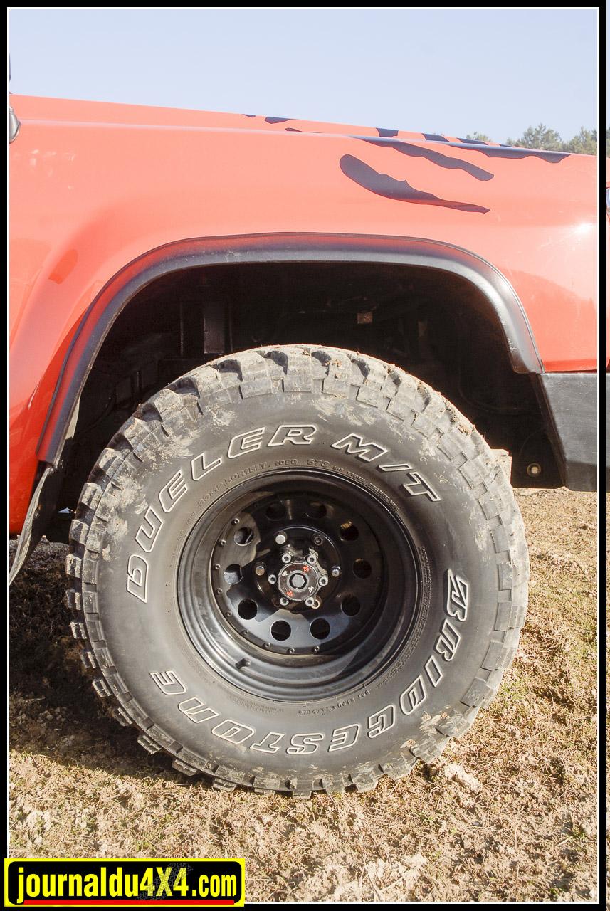 Comme sur tout GR qui se respecte, les gros pneus sont de rigueur. Ici, d'imposant Bridgestone Mud Dueler en 33/12.50 x 15 sont montés sur des jantes Modular noires. Le pont avant est bien sûr équipé des moyeux automatiques d'origine.