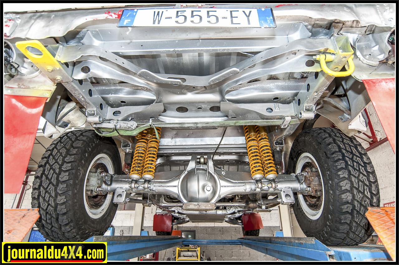 le pont arrière (avec freins à disque) et le doublage des suspensions