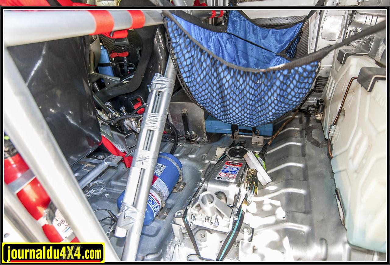 derrières les sièges baquets, un extincteur automatique, un cric et un peu de matériel