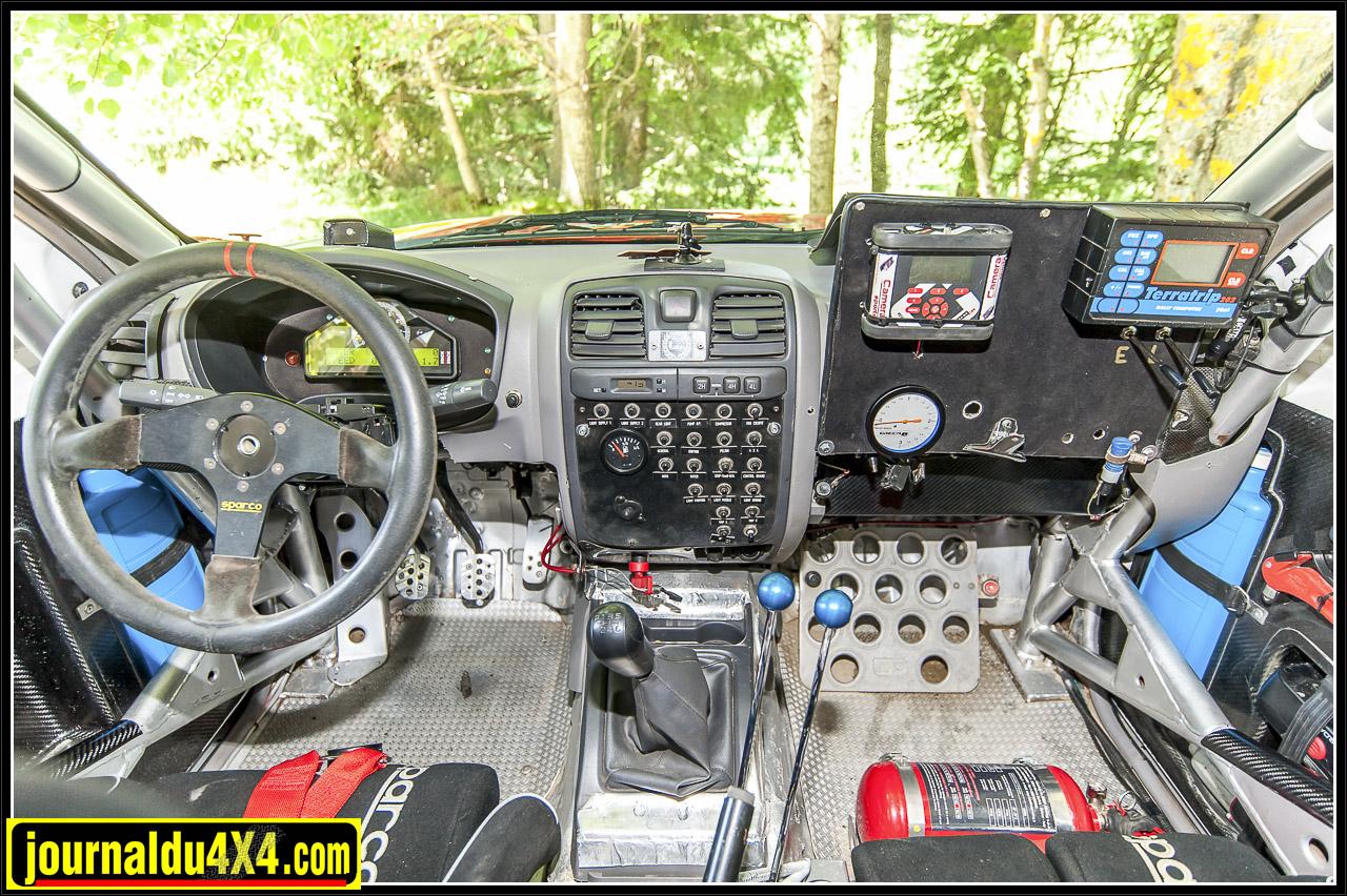 comme vous pouvez le voir même si ça ressemble à un intérieur de Dmax, beaucoup de modifications ont été nécessaire pour faire de cet engin un véhicule de rallye