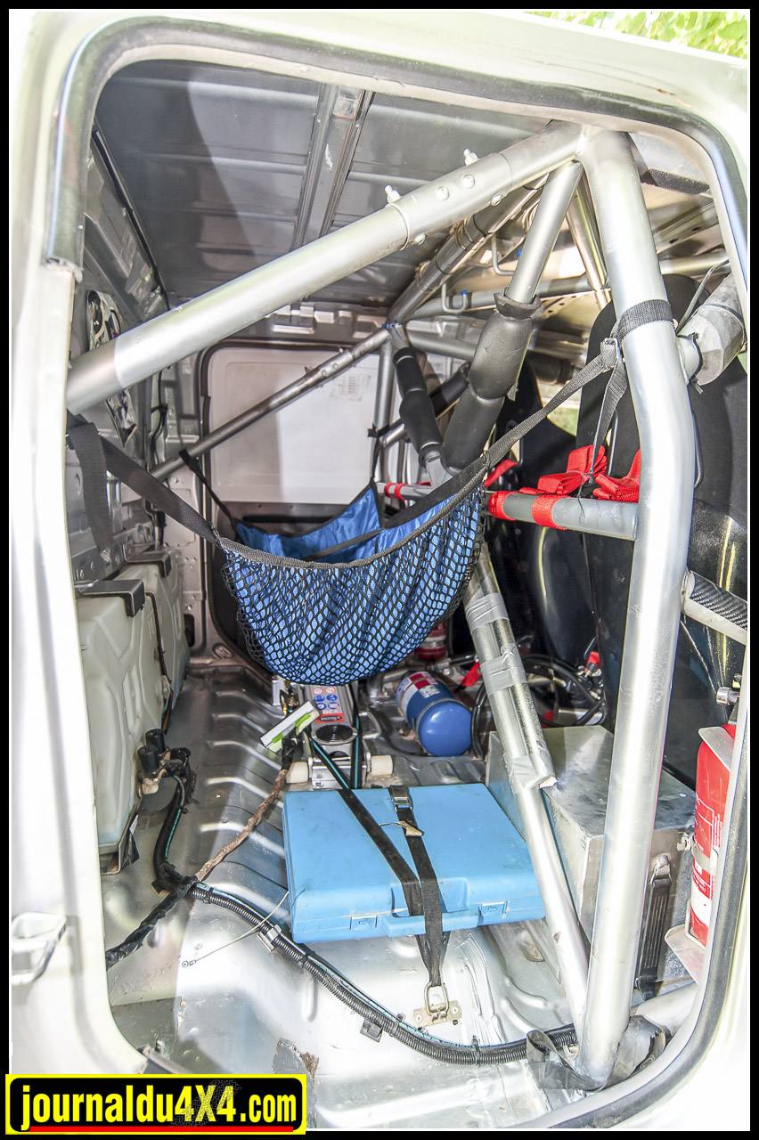 l'arceau se prolonge dans la partie de la cabine rallongée qui sert à entreposer un peu de matériel