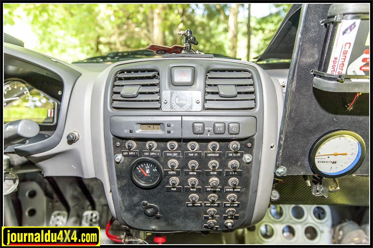 la planche de bord a été modifiée pour laisser place à toute l'instrumentation du véhicule