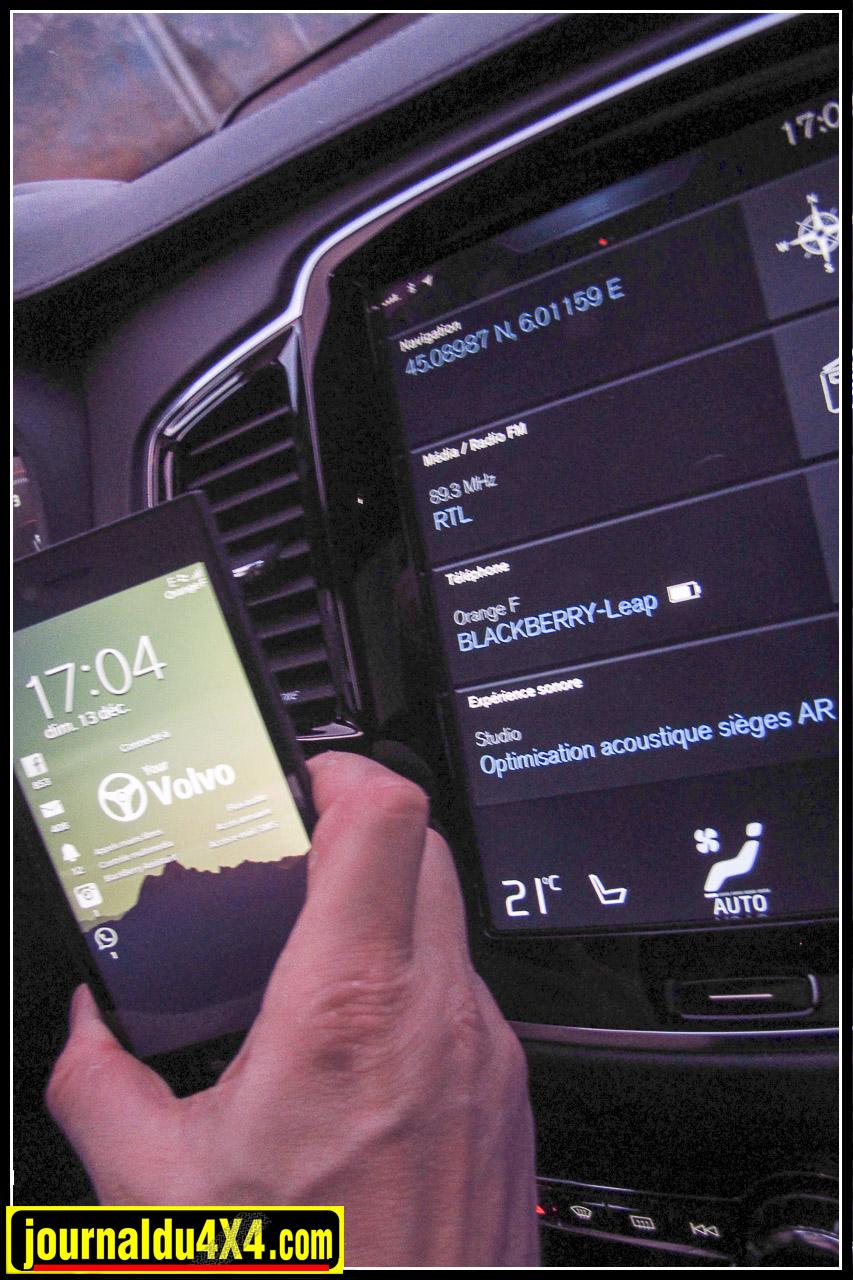 La tablette centrale permet toutes les adaptations et réglages, du son, jusqu'à la personnalisation des différents modes proposé, elle s'accorde aussi à votre smartphone, et must des must, celui-ci affiche le logo Volvo une fois connecté!