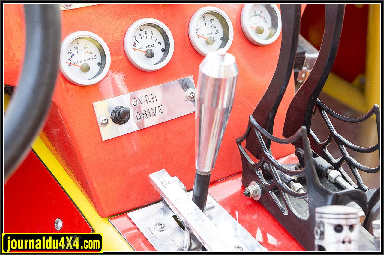 le levier de la boîte auto et au dessus plusieurs manomètres étanches qui permettent de surveiller le moteur