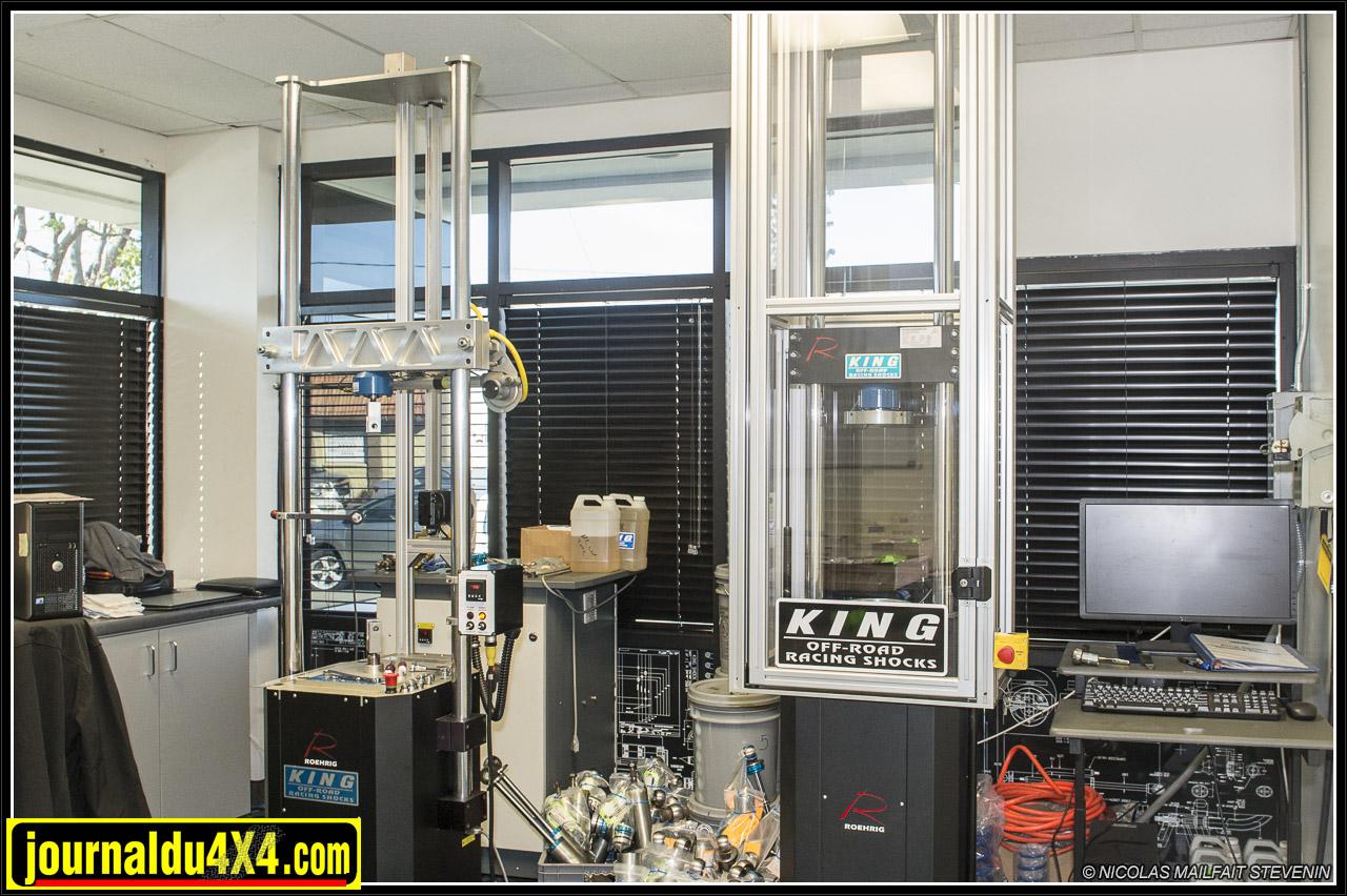 A gauche le banc numérique pour les suspensions, à droite celui pour tester les ressorts